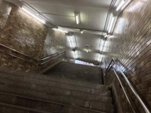 地下鉄入り口を下から